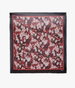 Inspired by the romanticism of the ballet, this square scarf is decorated with dancing roses.